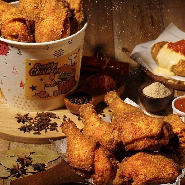 寶比炸雞外帶分享餐只要359元  「肉醬千層馬鈴薯」原價每份100元,搭配分享餐加購每份10元。